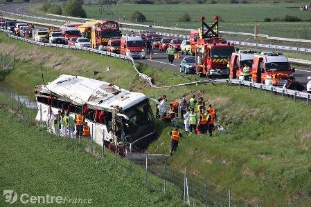 Un car de touristes se renverse sur l'A 77 : un mort