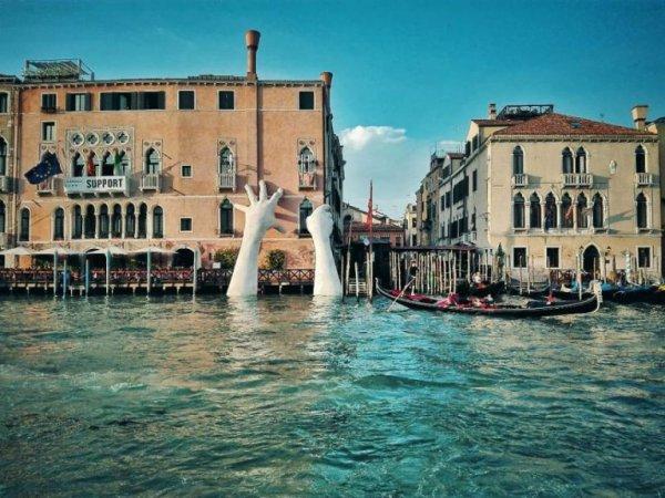 Des mains géantes soutiennent un hôtel à Venise pour lutter contre le réchauffement climatique