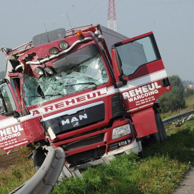 Accident impressionnant sur l'autoroute Mouscron-Tournai : un camion frigorifique percuté par un semi-remorque