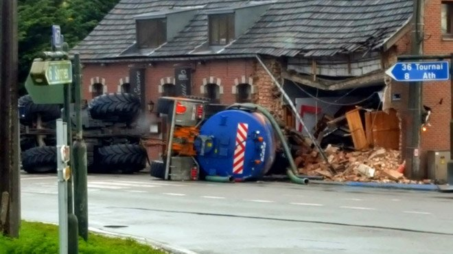 17-11-2016 - Ghislengien (carrefour de) - Un tracteur sort de la route à Ghislenghien: il a pratiquement démoli un restaurant