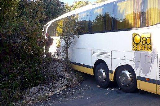 La route épinglée par un bus bloqué