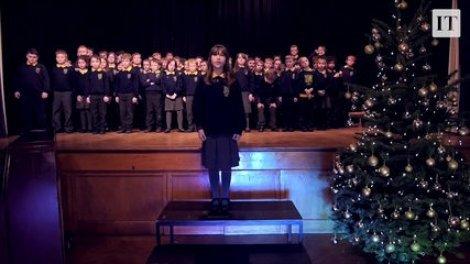 Une enfant autiste chante « Hallelujah » avec une chorale