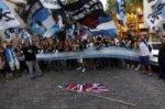 GB/Argentine : les Argentins protestent devant l'ambassde de Londres (vidéo)