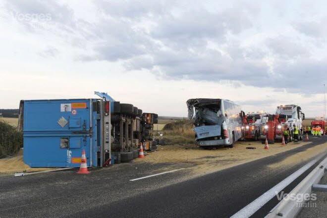 17-08-2018 - France - Aisne - Un camion belge transportant des céréales heurte un autocar de colonie de vacances qui était arreté sur la bande d'arrêt d'urgences à hauteur de Villers-Agron-Aiguizy (autoroute A4), au sud-ouest de Reims.