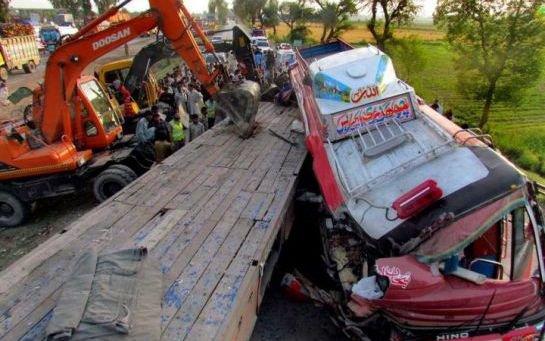 Pakistan : 42 morts dans la collision d'un bus et d'un tracteur