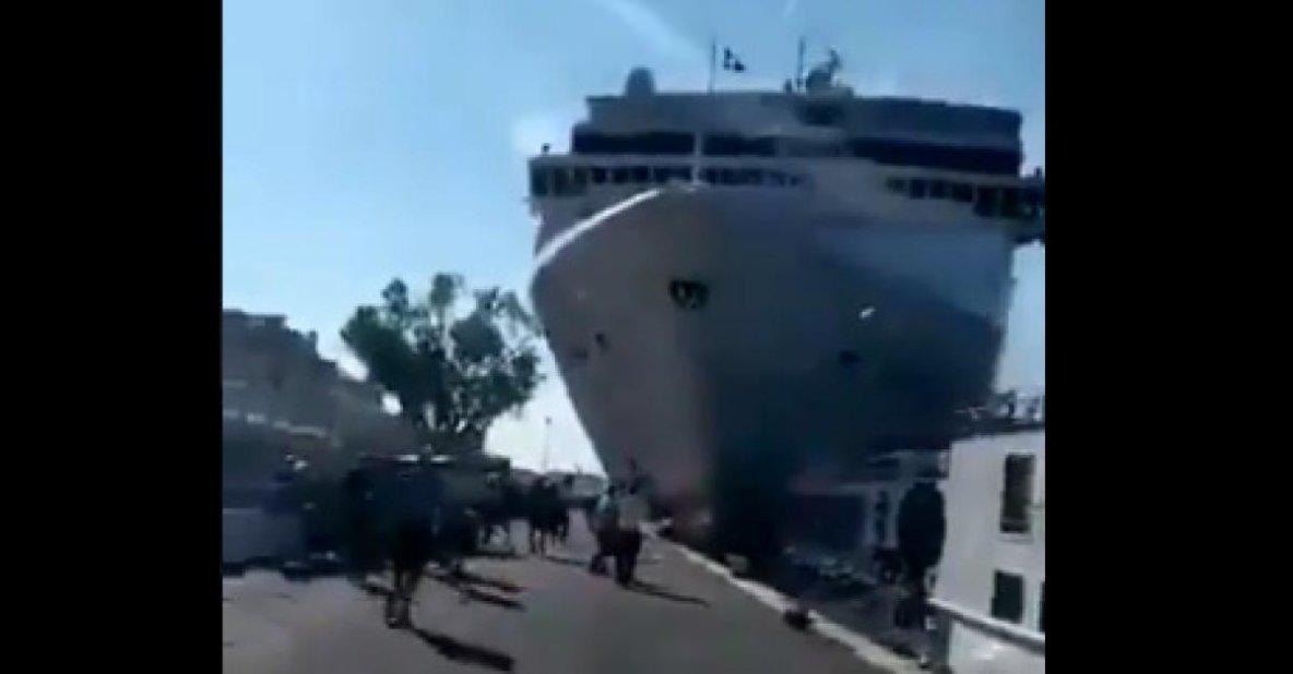 02-06-2019 - Venise - Croisière - Incident à Venise ce matin: un navire de croisière fonce dans un quai d'embarquement