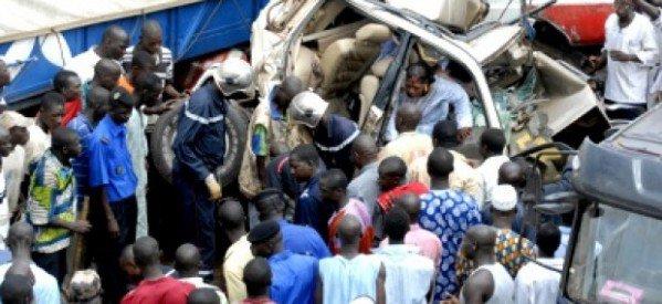 La collision entre un bus de transport et un taxi «7 Places» fait un mort et quatre blessés graves