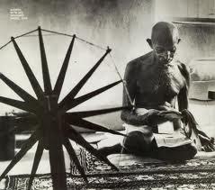 Artetpouvoir » Gandhi au rouet
