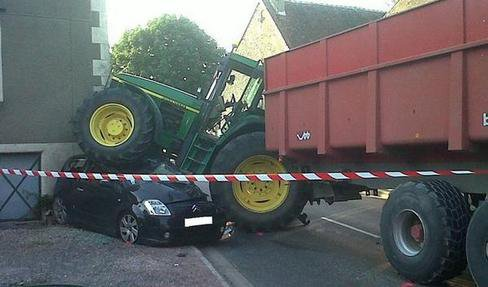 27 07 2012 un accident de la circulation impliquant un tracteur agricole et sa remorque s 39 est. Black Bedroom Furniture Sets. Home Design Ideas