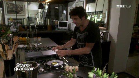 Vidéo Patrick Bruel en cuisine : il met du coeur à l'ouvrage ! - Replay TV