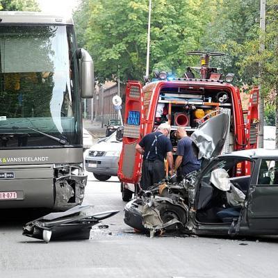 Tournai: une voiture percute un bus rempli d'enfants