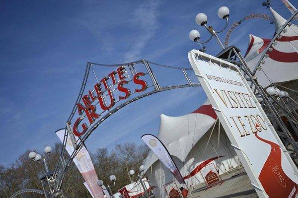 Place des Quinconces ! accueil les grands chapiteaux le Cirque Arle...
