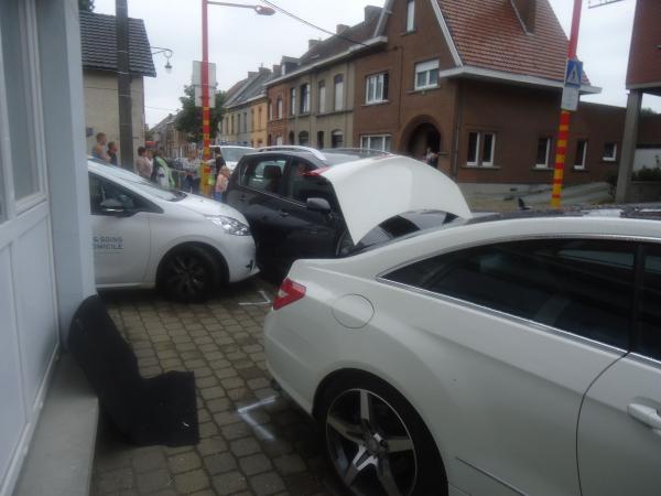 Impressionnant crash à Ath: un bus TEC emboutit six voitures