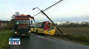 Accident d'un bus scolaire du TEC à Engis - Vidéo - RTL Vidéos