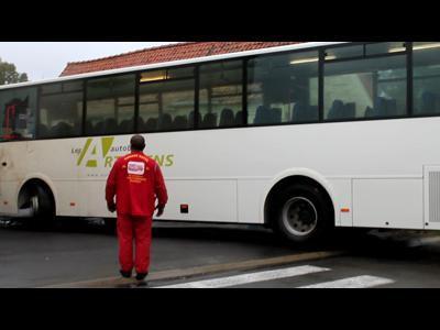 Pernes : un bus scolaire s'encastre dans une grange