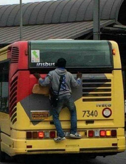 Un individu s'accroche à l'arrière d'un bus TEC à Charleroi
