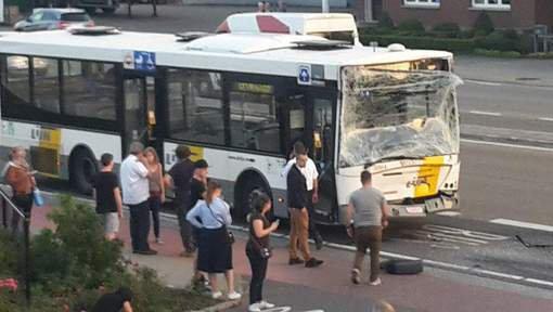 Grave collision entre deux bus De Lijn à Hasselt