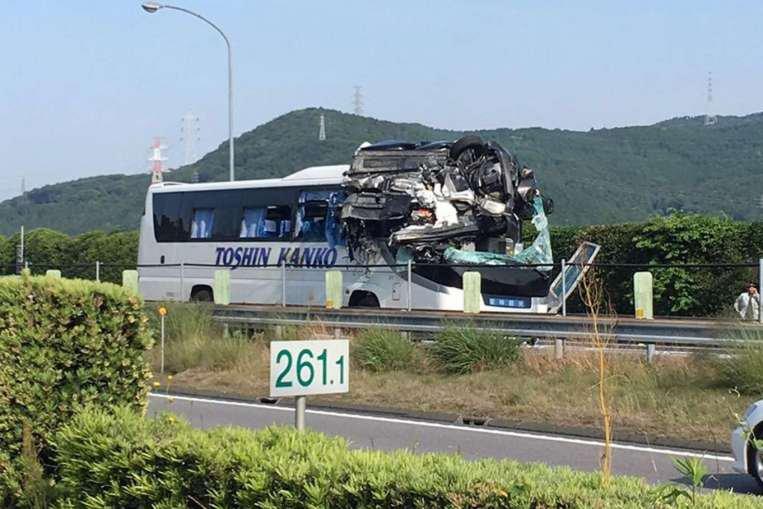 Japon - Tokyo - Dramatic accident - 45 blessés - un voiture projettée sur le dessus d'un autocar.