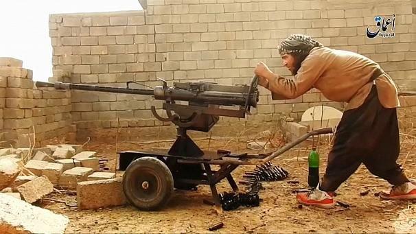 """Une ONG britannique révèle la provenance des armes de l'EI  euronews videos • Durée 0:01:03  D'où proviennent les armes utilisées par le groupe Etat islamique en Irak et en Syrie ? L'organisation britannique """"Conflict Armament Research"""" a enquêté pendant trois ans sur cette question dans les territoires contrôlés par l'organisation. Elle a examiné plus de 40 000 pièces d'armement."""