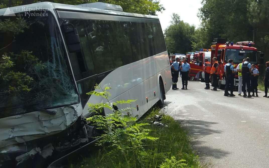 19-08-2017 - Accident frontal entre un Autocar et une Voiture - Landes -  Sanguinet - Un mort et sept blessés légers dans une collision entre un bus et une voiture