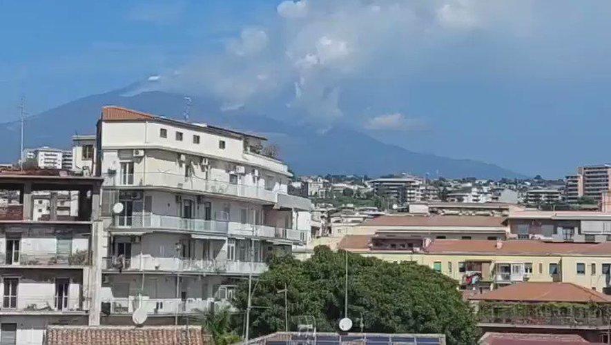 VIDEO - Italie : éruption de l'Etna, un nuage de cendres de 9.000 mètres au sommet du volcan