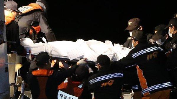 Naufrage en Corée du Sud : les premiers corps extraits du ferry