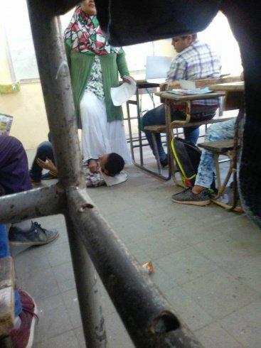 بالصورة- مدرسة تقف فوق تلميذ بحذائها... وإليكم المفاجأة التي لن تصدقوها - Laha Magazine