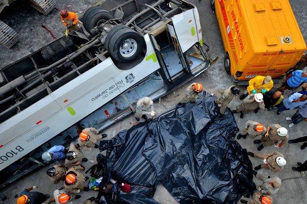 Brésil : un bus tombe d'un pont à Rio