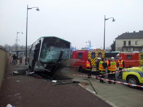 Essonne : un spectaculaire accident de bus fait trois blessés à Corbeil