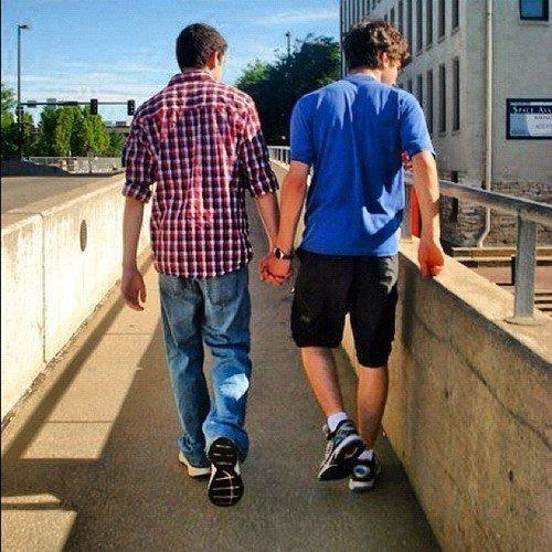 Dans un pays #laic comme la #France, ou il y a le #mariagepourtous nous ne pouvons nous promener comme ça, et ça ça m'énerve ou es la fierté d'être #gay