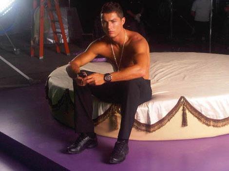 PHOTOS - Cristiano Ronaldo torse nu pour sa nouvelle pub ! C'est chaud, très chaud !
