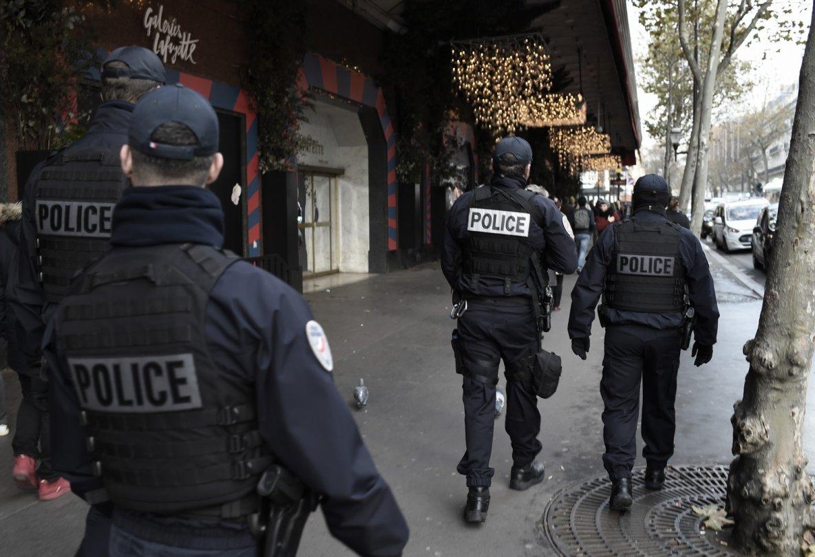Des rappeurs de MGZ foncent sur la police à Crosne, un agent ouvre le feu A Crosne, dans l'Essonne, cinq rappeurs d'un collectif local ont été mis en garde à vue pour avoir foncé sur une patrouille de police à bord d'un véhicule volé. Un fonctionnaire a tiré dans les pneus pour les empêcher de s'enfuir.  Cinq membres du groupe de rap MGZ, originaires de Crosne dans l'Essonne, ont été placés en garde à vue le soir du 12 janvier, selon une information du journal Le Parisien.  Dans l'après-midi ce même jour, les artistes, dont les vidéos sur YouTube cumulent quelques dizaines de milliers de vues, circulaient à bord d'une voiture volée lorsqu'ils ont croisé une patrouille de police.
