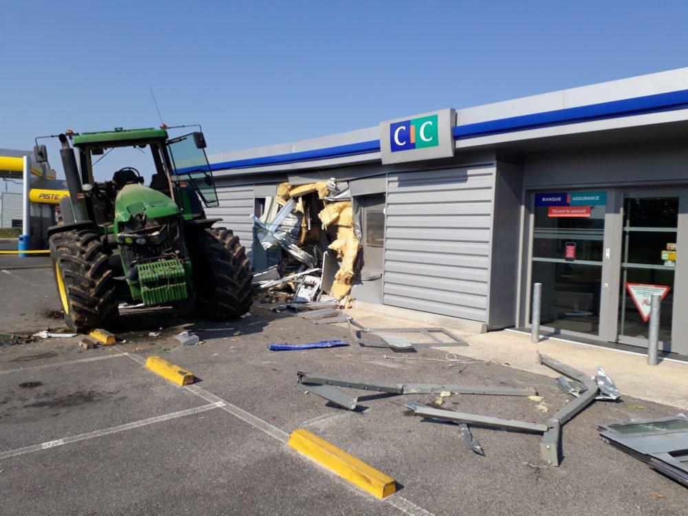 07-07-2018 - Fontenay-le-Vicomte - Ballancourt-sur-Essonne - Ils volent un tracteur et son pick-up pour un casse puis, ils tentent de dérober le distributeur de billets du CIC.
