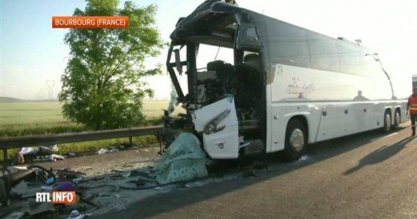 Grave accident d'un car néerlandais entre Calais et Dunkerque - Vidéo - RTL Vidéos
