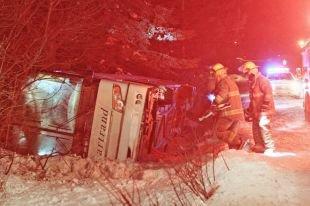 Un autocar plein de passagers se renverse à Saint-Alphonse - Faits divers - L'Action