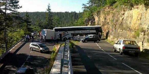 Un autocar allemand en bien fâcheuse posture