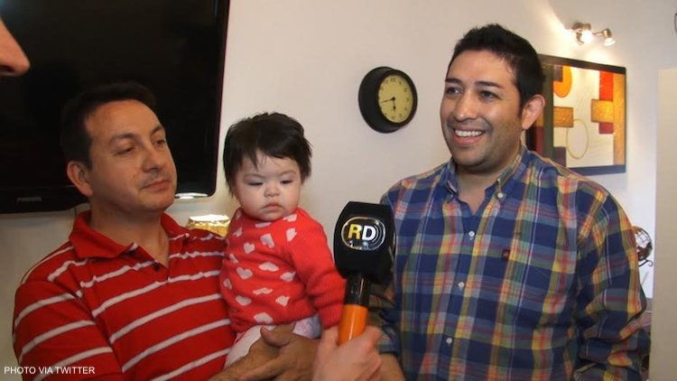 Damian Pighin et Ariel Vijarra, un couple argentin, ont adopté la petite Olivia, un bébé de 28 mois atteint du virus du VIH et déjà rejetée par dix familles.