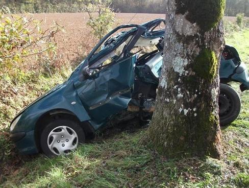 Perte de contrôle à Exireuil : le jeune conducteur est décédé