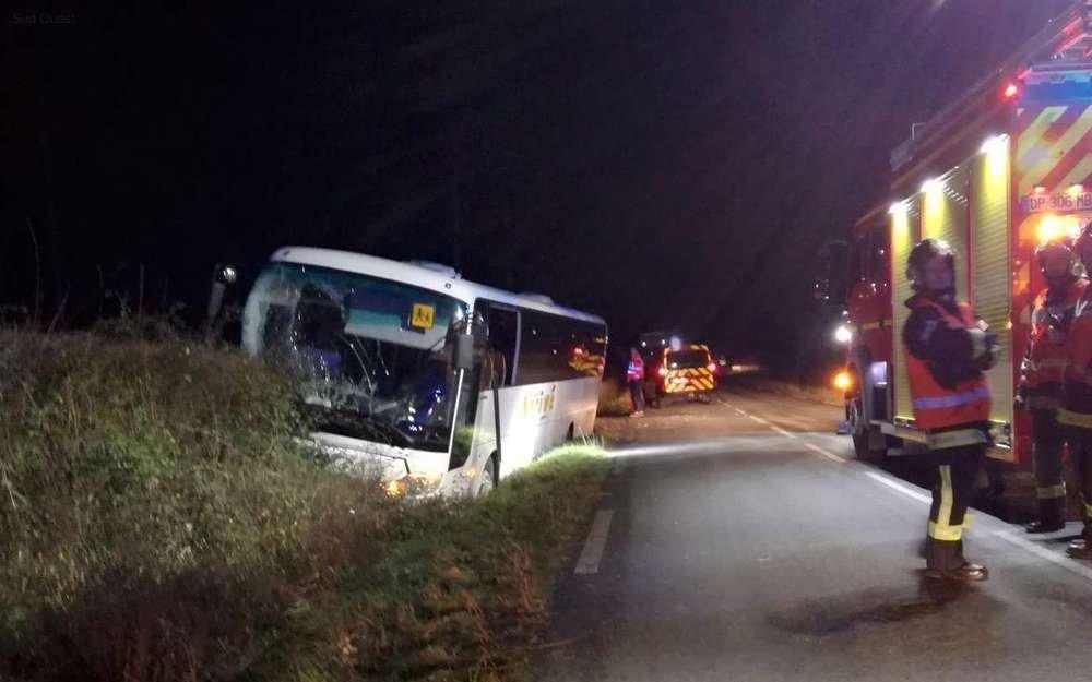 15-01-2019 - Dordogne - Villefranche-de-Lonchat - Un autocar scolaire au fossé en pleine ligne droite, cinq collégiens du collège de Montpon  et le chauffeur blessés