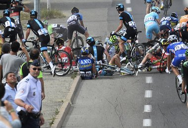 Tour de France 2013: A stuck bus, a moving finish line and a big bicycle crash (video)