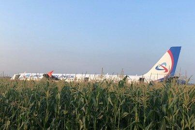 RUSSIE. [VIDÉOS] Un avion atterrit d'urgence sur un champ de maïs faisant dix blessés