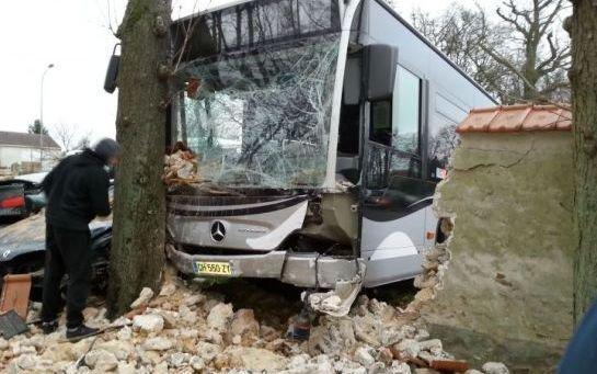 Draveil : le « bus fou » écrase cinq voitures