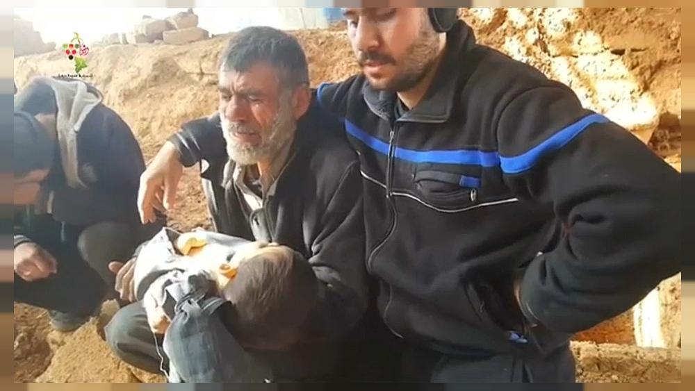 آباء يرثون أبناءهم في غوطة دمشق تحت القصف | Euronews