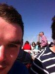 29.03.12: Hier un jeune homme a poster cette photo de Kate, Pippa et de leur père, alors qu'ils déjenaient sur une terrasse des pistes de ski. Lieu non précisé. Je pense que Pippa est celle en ...