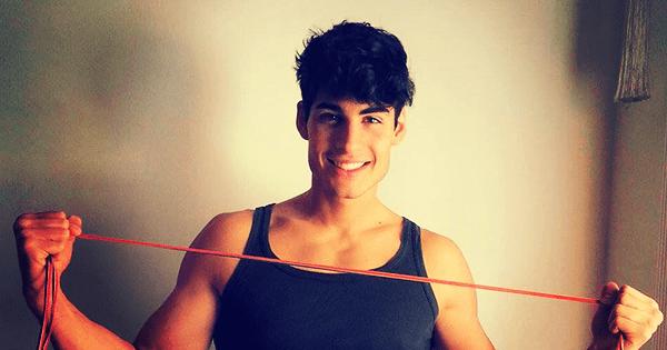 Fabio Marra sfoggia i laccetti rainbow contro l'omofobia #Allacciamoli
