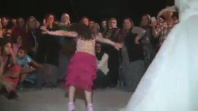 Tepeköyün Cici Kızı, Roman Havası Böyle Oynanır