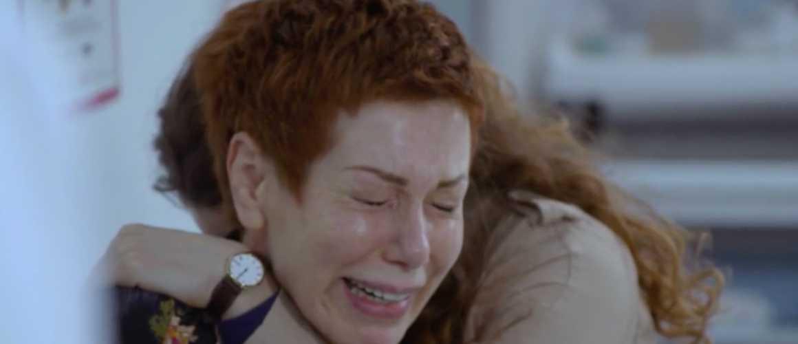 Plus belle la vie : effondrée, Babeth apprend la mort de Patrick
