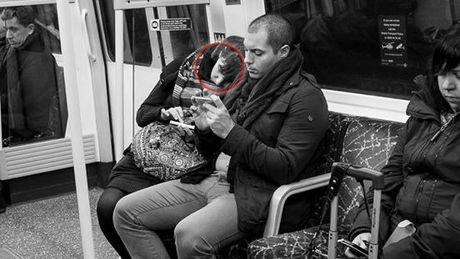 Un photographe met en exergue l'importance excessive du téléphone portable dans nos vie