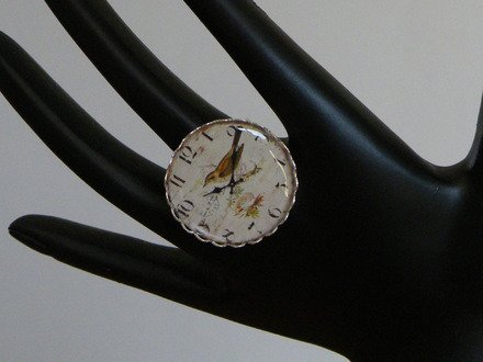 Bague cabochon réglable horloge et oiseau