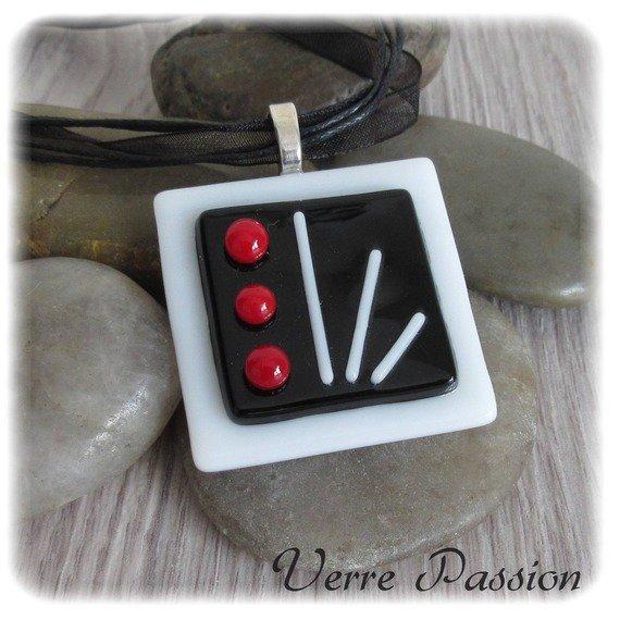 Pendentif en verre fusing blanc, noir et rouge